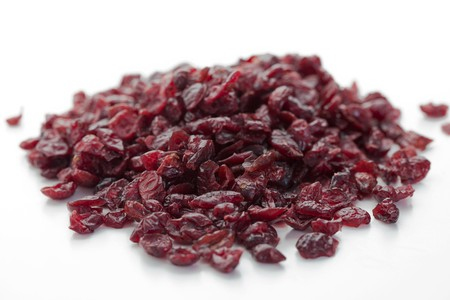 vaccinium macrocarpon: A pile of dried cranberries LANG_EVOIMAGES