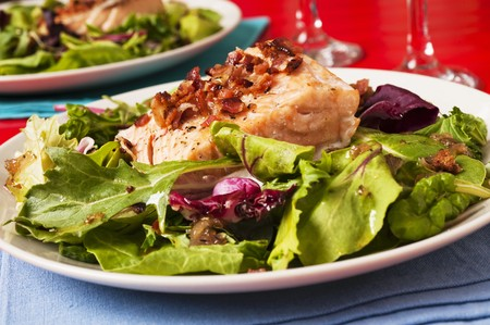 qs: Grilled salmon on a bed of salad LANG_EVOIMAGES