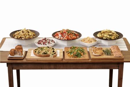 contorni: Pollo, salmone, quiche e contorni su un buffet LANG_EVOIMAGES