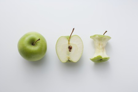 apple core: A whole apple, half an apple and an apple core LANG_EVOIMAGES
