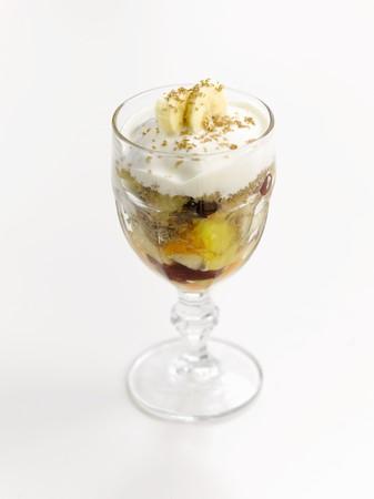 ice cream sundae: An ice cream sundae with fruit salad and cream