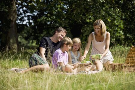 10 to 12 year olds: Family picnicking LANG_EVOIMAGES