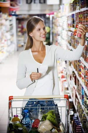 25 to 30 year olds: Woman Shopping in Supermarket LANG_EVOIMAGES