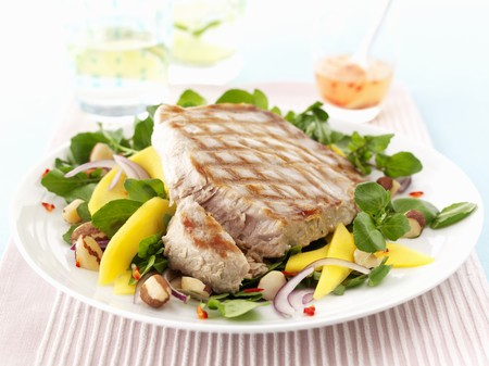 watercress: Tuna fish steak with a watercress salad LANG_EVOIMAGES