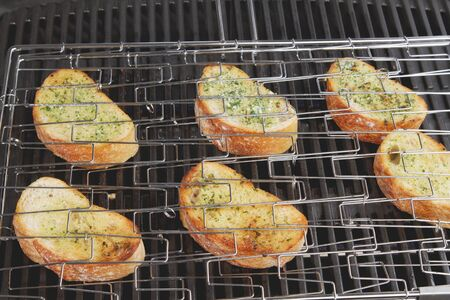 qs: Grilled garlic baquettes LANG_EVOIMAGES