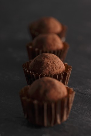 chocolate truffle: A row of chocolate truffle pralines LANG_EVOIMAGES