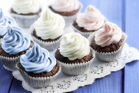 doiley: Chocolate cupcakes decorated with coloured cream LANG_EVOIMAGES