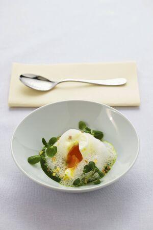 berros: Un huevo escalfado sobre crema de hierbas con berros LANG_EVOIMAGES