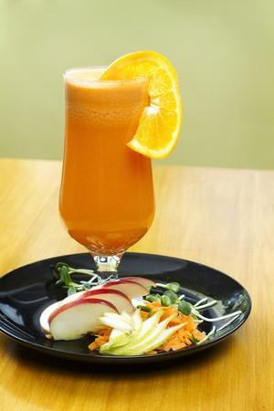 jugo de frutas: Zumo de frutas reci�n exprimido adornado con una rodaja de naranja LANG_EVOIMAGES