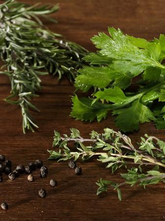 arredamento classico: Cucinare le erbe su un tavolo in legno LANG_EVOIMAGES