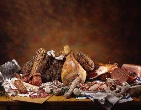jamones: Una vida inmóvil con un surtido de jamones, salamis italianos y embutidos