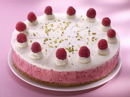 cream cake: A raspberry cream cake LANG_EVOIMAGES