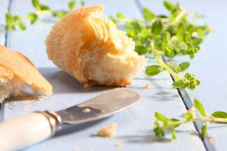 pain blanc: Blanc pain tartin� de beurre