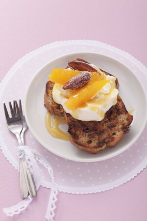 banana bread: Banana bread with clotted cream and oranges LANG_EVOIMAGES