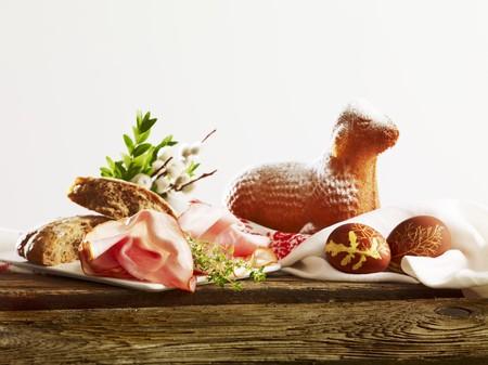jamones: Desayuno de Pascua con pan, jamón, huevos teñidos y cordero Pascua LANG_EVOIMAGES