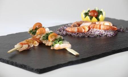 plater: Prawn kebabs and King prawns on a slate plater LANG_EVOIMAGES