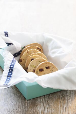 vaccinium macrocarpon: Walnut-cranberry cookies in a box LANG_EVOIMAGES