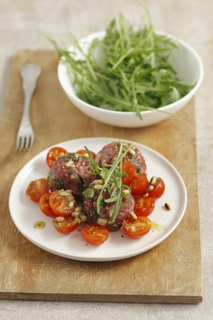 pine kernels: Beef tartar with tomatoes, rocket and basil LANG_EVOIMAGES