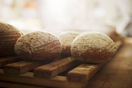several breads: Bread rolls on a wooden rack LANG_EVOIMAGES