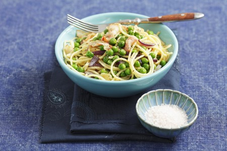 red onions: Spaghetti with peas, bacon and red onions LANG_EVOIMAGES