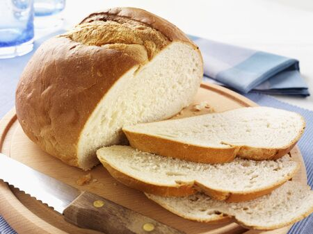 pain blanc: White bread with some cut slices