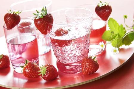 soda pops: Strawberry lemonade and fresh strawberries LANG_EVOIMAGES
