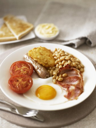 english breakfast: English breakfast with fried egg, bacon and baked beans LANG_EVOIMAGES