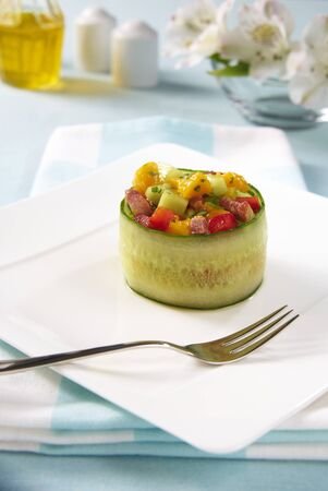 pancetta cubetti: Un rotolo di cetriolo farcito riempito con insalata di mango, peperone, cetriolo e pancetta