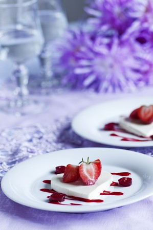 vaccinium macrocarpon: Heart-shaped coconut jelly with fresh strawberries and strawberry and cranberry coulis LANG_EVOIMAGES