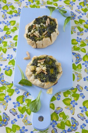 pine kernels: Mini tarts filled with spinach, pine nuts and parmesan