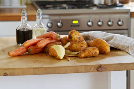 worktops: Potatoes and carrots on the work surface LANG_EVOIMAGES