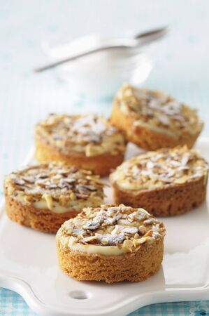 free me: Almond tartlets with vanilla cream and icing sugar LANG_EVOIMAGES