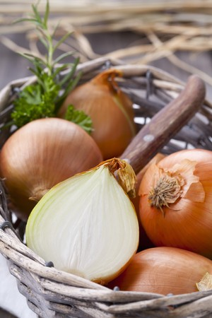brownish: A basket of onions, whole and halved LANG_EVOIMAGES