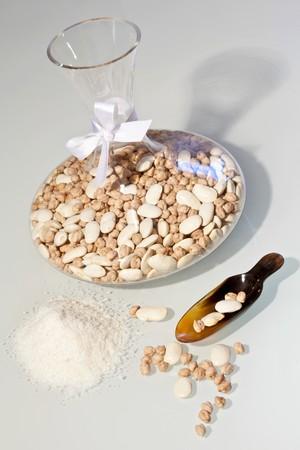 garbanzos: Frijoles y garbanzos en una jarra como regalo