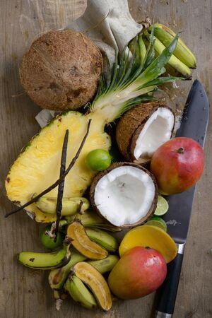 arredamento classico: Natura morta con frutta esotica