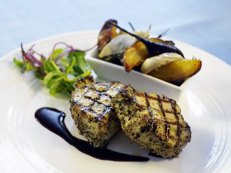 qs: Grilled chops with vegetables and salad LANG_EVOIMAGES