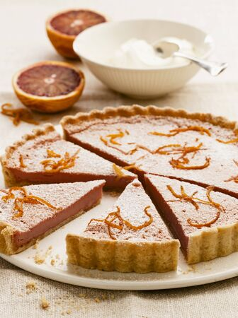 orange tart: Blood orange tart with icing sugar