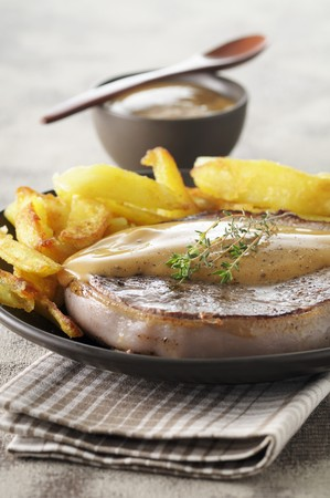 casings: Pork fillet wrapped in bacon with roast potatoes and gravy LANG_EVOIMAGES