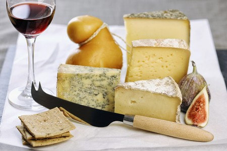 scamorza cheese: Assorted types of cheese with figs, crackers and a glass of port