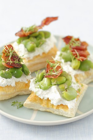 bakla: Puff pastry tartlets with ricotta, broad bean and fried ham