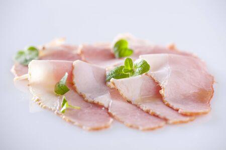 jamones: Rebanadas de jamón con hojas de orégano