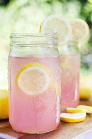 soda pops: Pink Lemonade in Mason Jars LANG_EVOIMAGES