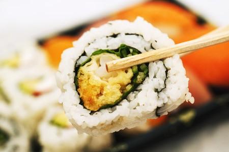 maki sushi: Baguettes tenant maki sushi LANG_EVOIMAGES