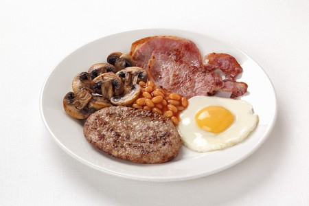 bacon baked beans: English breakfast with baked beans, bacon and fried egg LANG_EVOIMAGES