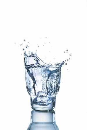 acqua bicchiere: Un bicchiere di acqua con una spruzzata LANG_EVOIMAGES