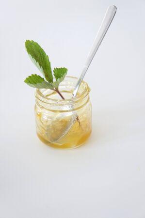 marillenmarmelade: Ein Marmeladenglas mit den Resten der Aprikosenmarmelade und einem L�ffel