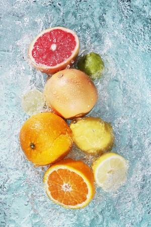 감귤류의 과일: 물에 모듬 감귤류