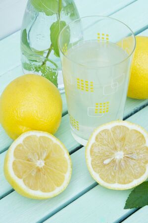 soda pops: A glass of lemonade LANG_EVOIMAGES