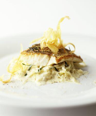 filete de pescado: Filete de pescado en blanco Ensalada de repollo
