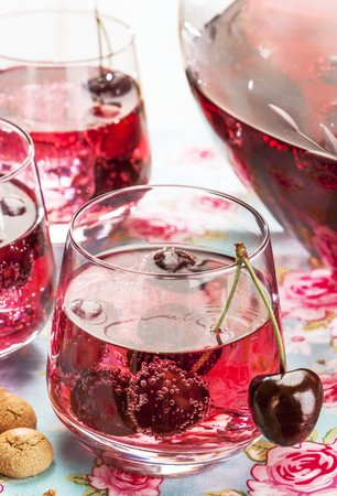 amaretto: Cherry and amaretto punch (close-up) LANG_EVOIMAGES